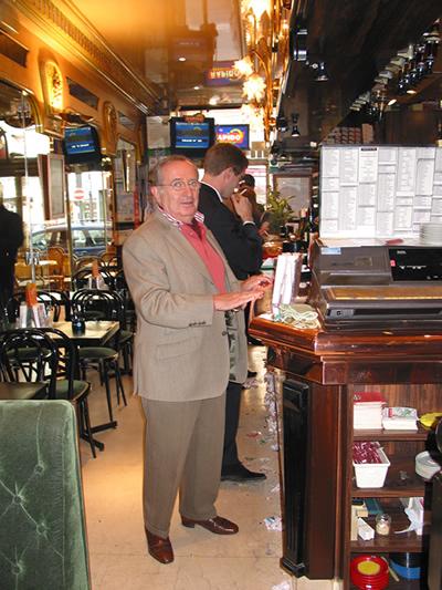 Claude Imbert, dans son café-pmu préféré de la rue du Cherche-Midi