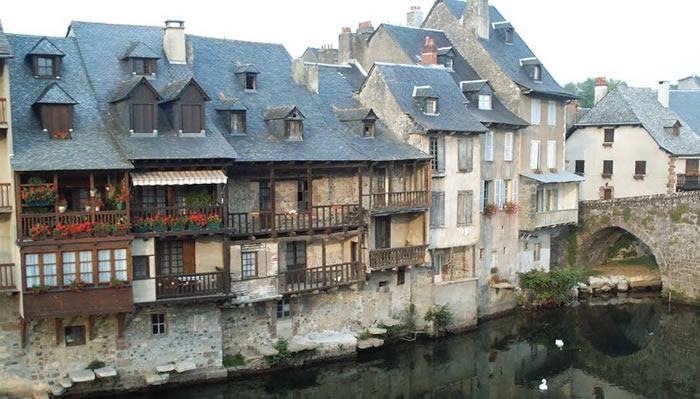 Les maisons sur les rives du Lot à Espalion